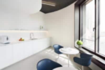 Küche mit Stühlen und Tisch bei Sonneneinfall